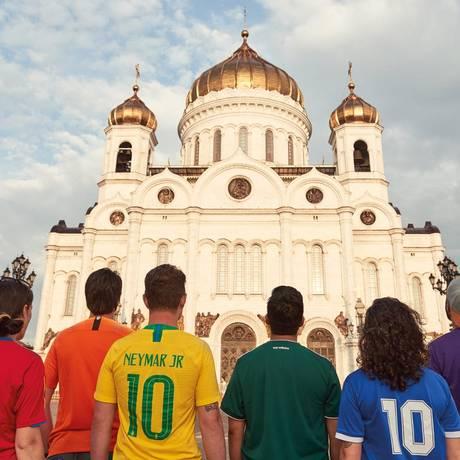 Ativistas protestam com cores de camisa de seleção em Moscou Foto: Reprodução internet