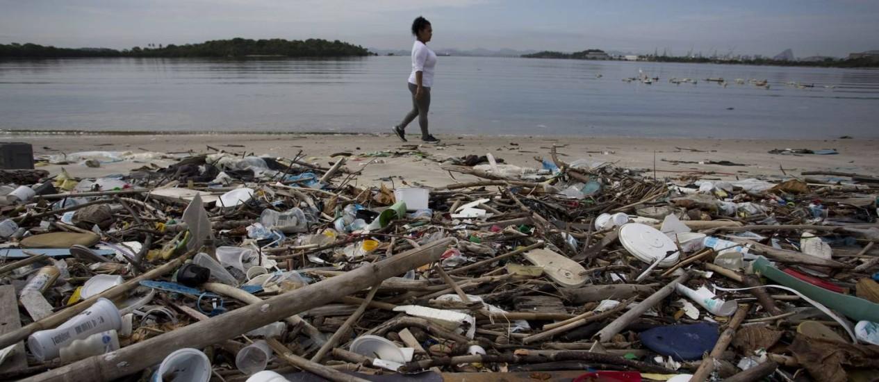 Desalento. Lixo acumulado em praia da Ilha do Fundão: atualmente, a Baía de Guanabara recebe cerca de 16,8 mil litros de esgoto in natura por segundo, além de toneladas de resíduos flutuantes, como sacolas e embalagens plásticas Foto: Márcia Foletto / Agência O Globo