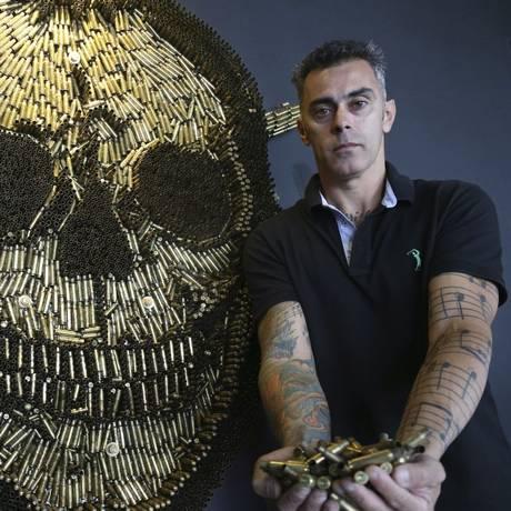 Arte com munições de Rodrigo Camacho enfeitam Batalhões do Choque e do Bope Foto: Pedro Teixeira / Agência O Globo