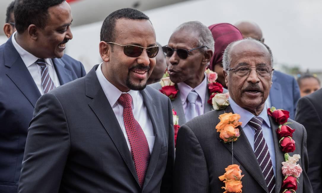 Ministro das Relações Exteriores da Eritreia, Osman Saleh Mohammed (direita) é recebido pelo primeiro-ministro etíope Abiy Ahmed, em visita a Adis Abeba para discutir acordo de paz Foto: YONAS TADESSE / AFP