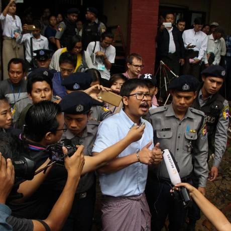 O jornalista Wa Lone fala à imprensa em Mianmar Foto: STR / AFP