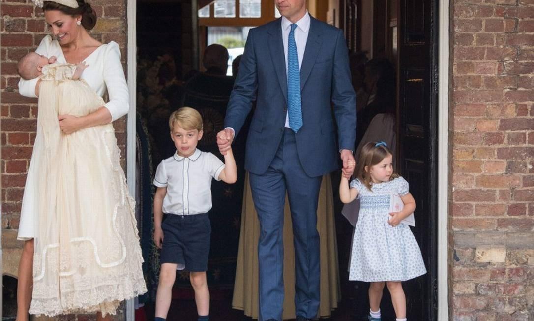 Depois do batizado, a família saiu reunida DOMINIC LIPINSKI / AFP
