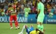 Fernandinho lamenta, De Bruyne festeja. Eles foram destaques negativo e positivo do jogo entre Brasil e Bélgica