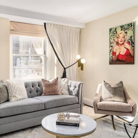 Quadros com imagens de Marilyn Monroe decoram a Norma Jeane Suite, onde a atriz viveu um período no Lexington Hotel, em Nova York Foto: Lexington Hotel / Reprodução