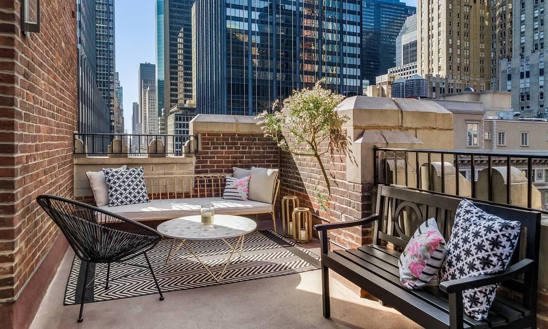 Terraço da suíte inspirada em Marilyn Monroe dá vista para os prédios de Midtown Manhattan Foto: Lexington Hotel / Reprodução