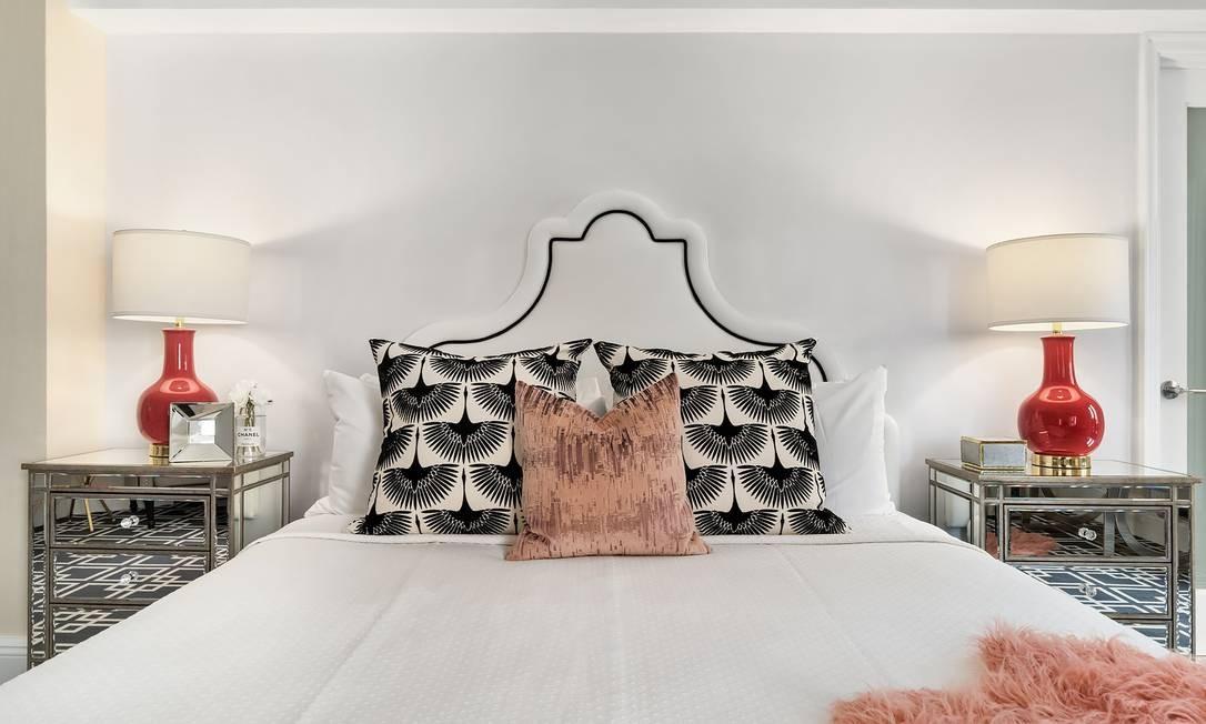 A cama king size da suíte, com abajures vermelhos, remetendo à cor de batom favorita da atriz Foto: Lexington Hotel / Reprodução