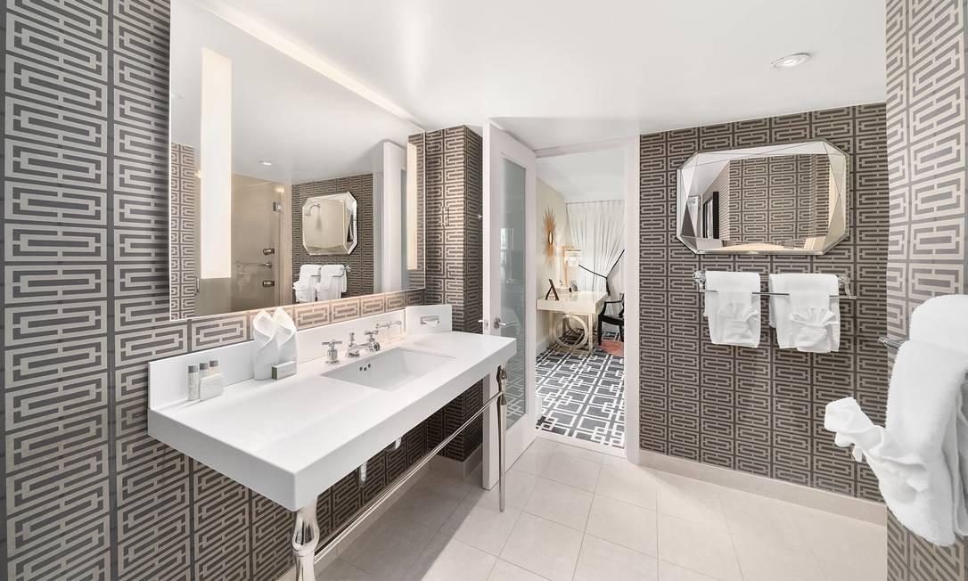 O amplo banheiro, com muito mármore, é um dos destaques da suíte Foto: Lexington Hotel / Reprodução