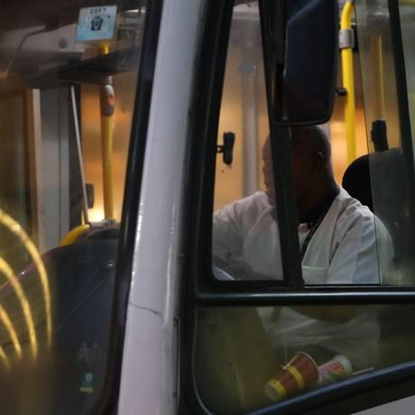 Motorista deixa janela de ônibus aberta: sem ar-condicionado Foto: Pedro Teixeira / Agência O Globo
