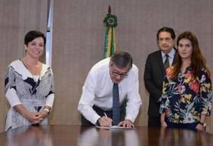 Posse de Carolina Chaves de Azevedo (blusa floral) na diretoria do Arquivo Nacional contou com a presença de Cristiane Brasil Foto: Divulgação