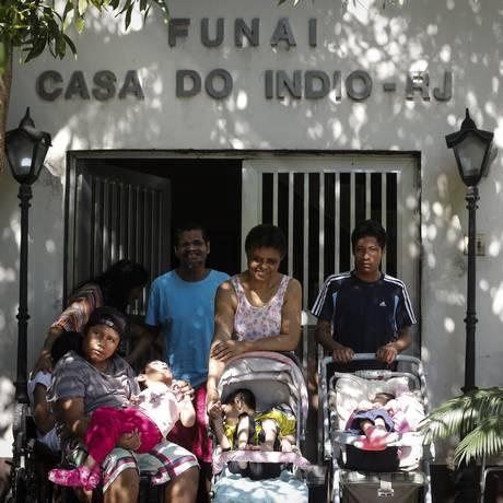 Amparados, os moradores que recebem os cuidados de Dona Eunice, de 83 anos, e uma voluntária. Foto: Pablo Jacob / Agência O Globo