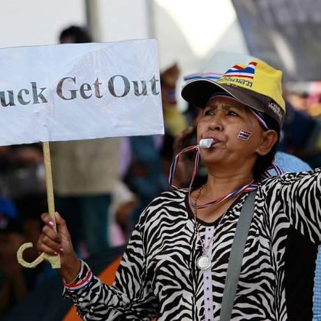Em 2014, manifestante contrária ao governo de Yingluck Shinawatra protesta em Bangcoc Foto: Chaiwat Subprasom/Reuters