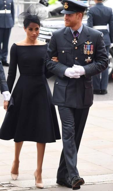 Meghan e Harry foram clicados de braços dados em público CHRIS J RATCLIFFE / AFP