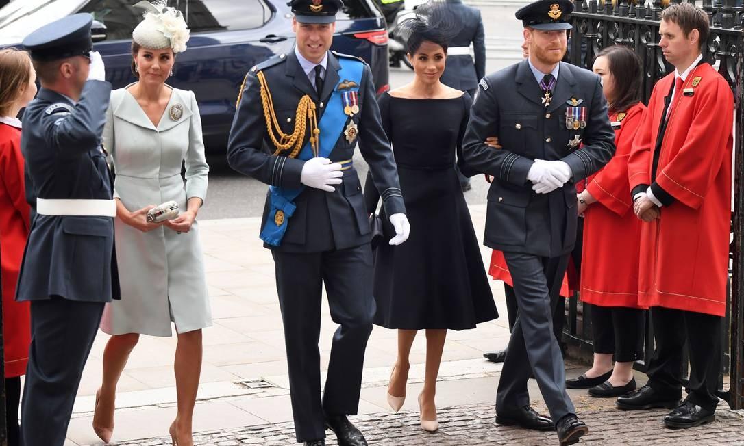 A família real não para. Um dia após o batizado do pequeno Louis, os príncipes William e Harry apareceram para celebra o centenário da Royal Air Force, em Londres, com Kate Middleton e Meghan Markle CHRIS J RATCLIFFE / AFP