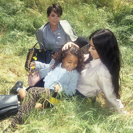 North West posa com Kim e Kris em sua estreia numa campanha de moda Foto: Divulgação