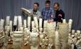 Peças de marfim apreendidas no aeroporto Charles de Gaulle, em Paris Foto: Jack Dabaghian / Reuters