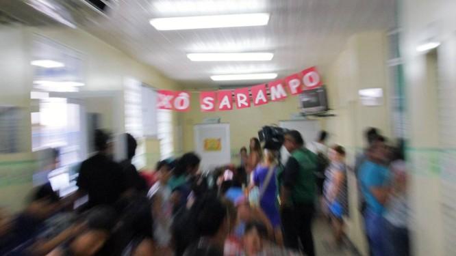 Vacinação contra sarampo foi intensificada na Policlínica no bairro Parque Dez, em Manaus, capital do Amazonas, estado que soma o maior número de casos no país até o momento Foto: Sandro Pereira/Codigo19/Agência O Globo / Agência O Globo