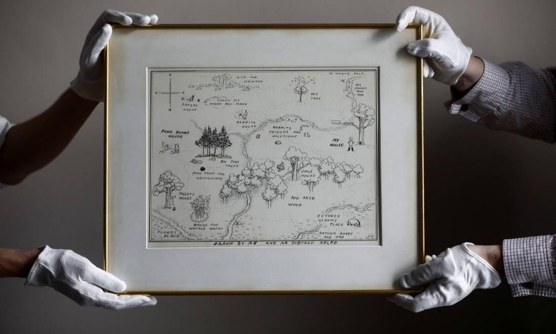 Funcionários da casa de leilões Sotheby's com o mapa original do Bosque dos Cem Acres do Ursinho Pooh Foto: Simon Dawson / REUTERS