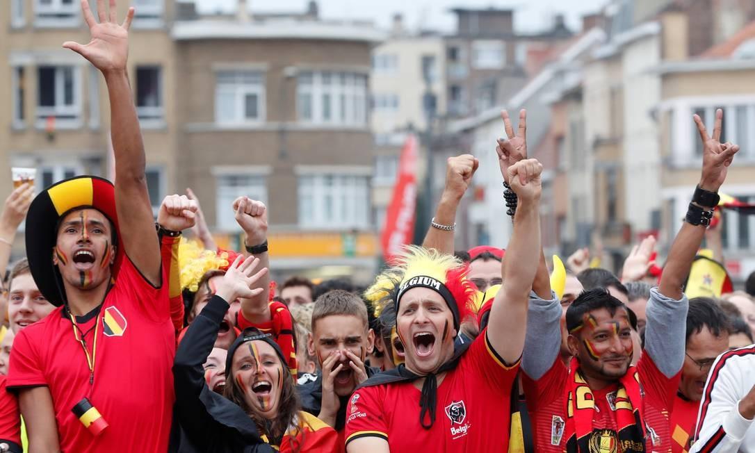 Torcedores belgas na chegada ao Estádio de São Petersburgo para o jogo contra a França, valendo uma vaga na final da Copa Foto: YVES HERMAN / REUTERS
