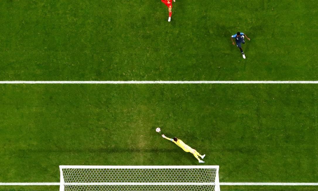 Goleiro da França, Hugo Lloris salva a seleção em ataque rápido dos belgas Foto: MICHAEL DALDER / REUTERS