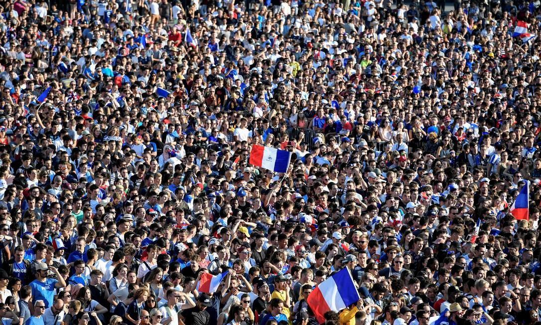 Mar francês: torcedores se juntam para assistir a partida em telão em Rennes Foto: DAMIEN MEYER / AFP