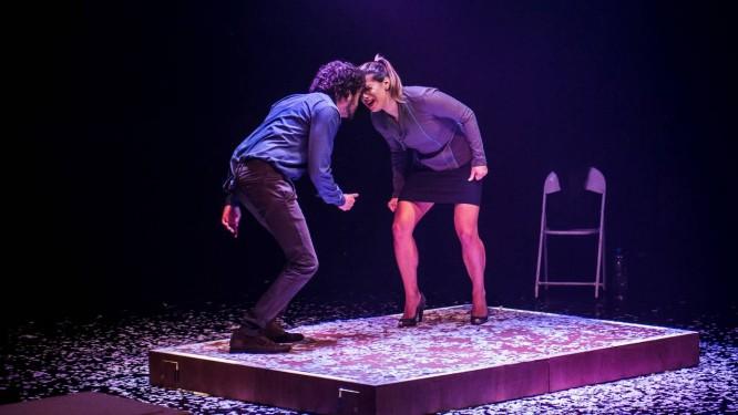 Monica Bittencourt e Lucas Lacerda são, na peça, sócios de uma agência de fake news Foto: Divulgação/Maurício Fidalgo