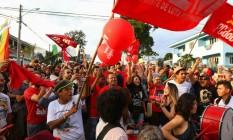 Apoiadores do ex-presidente Lula na porta da Superintendência da Polícia Federal em Curitiba Foto: Franklin de Feritas/AFP/08-07-2018