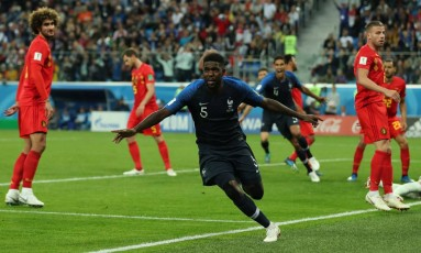 O zagueiro francês Samuel Umtiti comemora o gol da França no jogo Foto: LEE SMITH / REUTERS