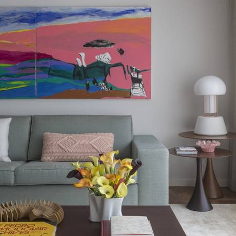 O díptico de Adrianne Gallinari dá colorido à sala, que tem cadeiras rosa assinadas por Jader Almeida Foto: Evelyn Müller