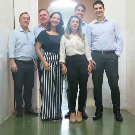 Cirurgia plástica. Aline Teixeira, de branco, e os médicos do Gaffrée Foto: Mauricio Peixoto