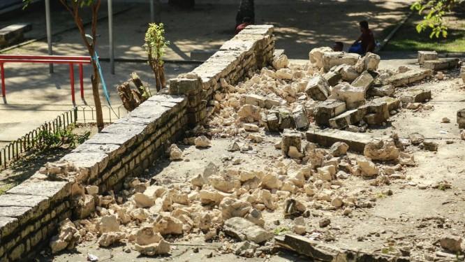 Escombros. O caramanchão histórico da Praça Nobel que desabou em maio continua no local. Chamada para vistoriar, a prefeitura decidiu demolir o restante, mas não retirou o entulho Foto: Brenno Carvalho / fotos de brenno carvalho