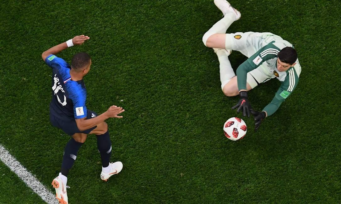 O francês Mbappé para no goleiro belga Courtois durante a semifinal Foto: JEWEL SAMAD / AFP