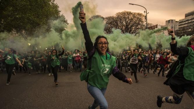 Mulheres participam de protesto pedindo a legalização do aborto na Argentina: pressão cada vez maior pela aprovação do projeto Foto: Matias Jovet/NurPhoto/Getty Images/29-07-2017