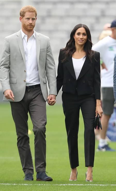 Meghan Markle e o príncipe Harry não param. No segundo dia na Irlanda, o casal real surgiu de mãos dadas para visitar o Croke Park, o principal estádio da Gaelic Athletic Association. Como esperado, eles deram um show de simpatia e mostraram estar apaixanados diante das câmeras Foto: Chris Jackson / Getty Images