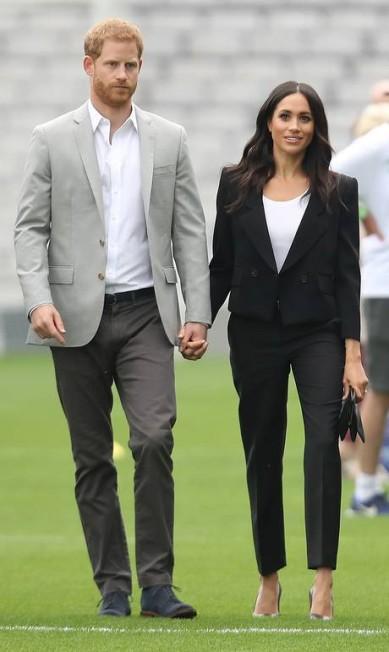 Meghan Markle e o príncipe Harry não param. No segundo dia na Irlanda, o casal real surgiu de mãos dadas para visitar o Croke Park, o principal estádio da Gaelic Athletic Association. Como esperado, eles deram um show de simpatia e mostraram estar apaixanados diante das câmeras Chris Jackson / Getty Images