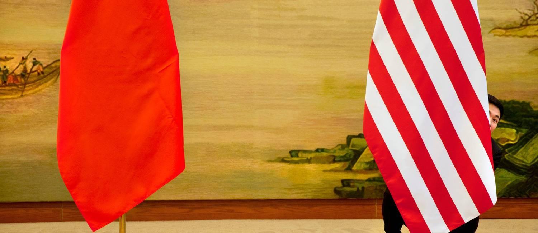 Bandeiras das duas maiores economias mundiais, hoje rivais na guerra comercial. Foto: Jacquelyn Martin / REUTERS