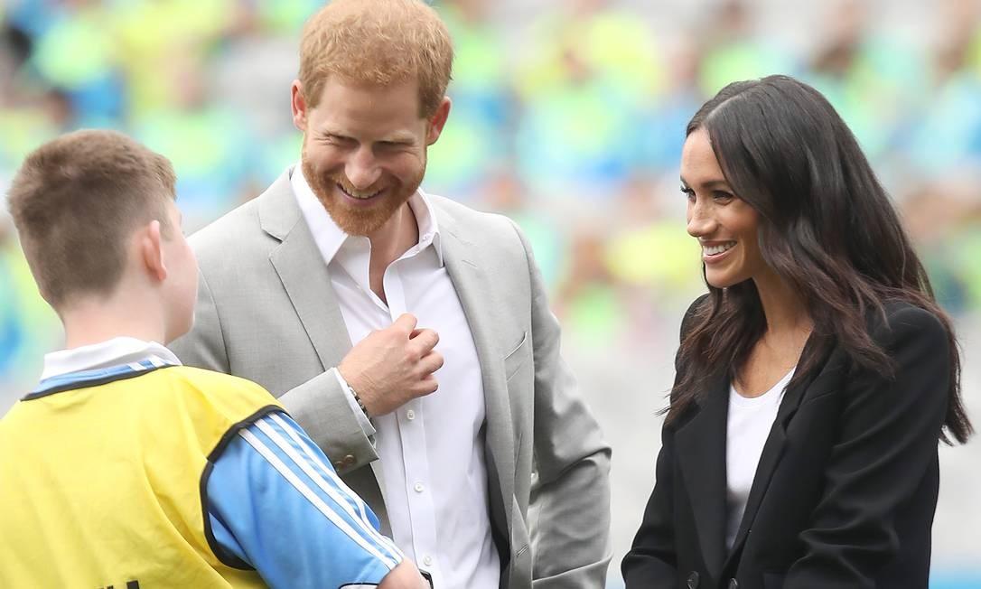 O casal real engatou um papo animado com o técnico de um projeto comunitário do local Foto: Chris Jackson / Getty Images