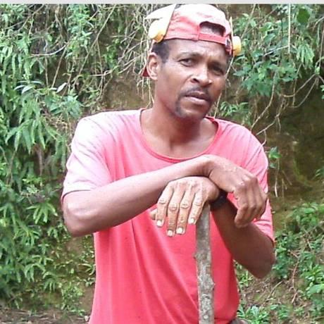 Adriano trabalha no campo, ganhando R$ 250 por mês. Nos tempos de The Flash Carioca faturava quase R$ 2 mil Foto: Élcio Braga / O Globo