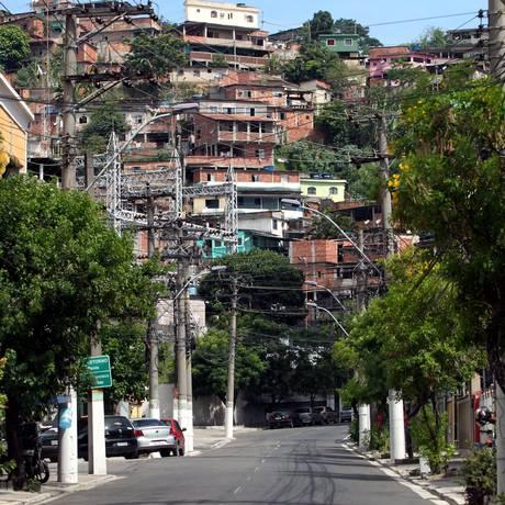 Operação é realizada no Morro do Cavalão, em Niterói Foto: Thiago Freitas 02-01-2015 / Agência O Globo