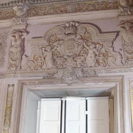 Uma parede com adornos e em alto relevo: mas na verdade é tudo efeito de uma técnica de pintura (trompe l'oeil) Foto: Élcio Braga / O Globo