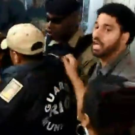 O vereador David Miranda (Psol) tenta mediar conflito entre manifestantes e guardas municipais Foto: Reprodução/Facebook