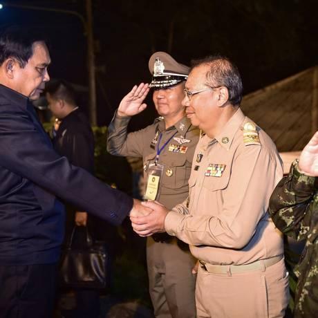 Primeiro-ministro tailandês Prayuth Chan-ocha, cumprimenta autoridades militares em entrada de caverna no norte da Tailândia Foto: HANDOUT / REUTERS