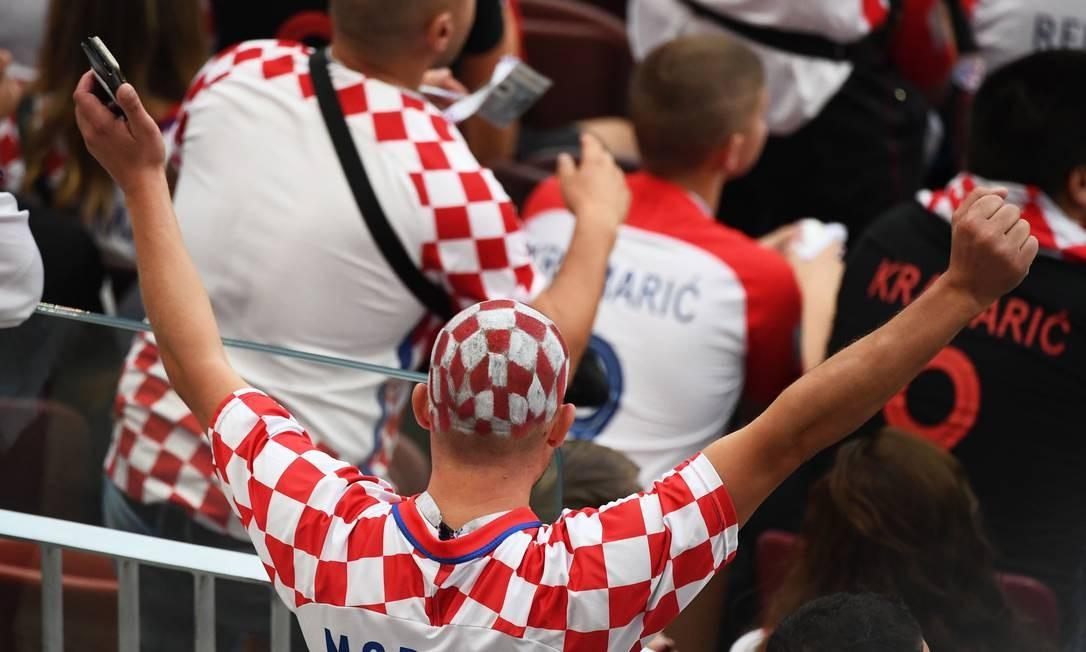 Torcedor croata no estádio Luzhniki, em Moscou, para a partida contra a Inglaterra pela semifinal da Copa da Rússia 2018 JEWEL SAMAD / AFP