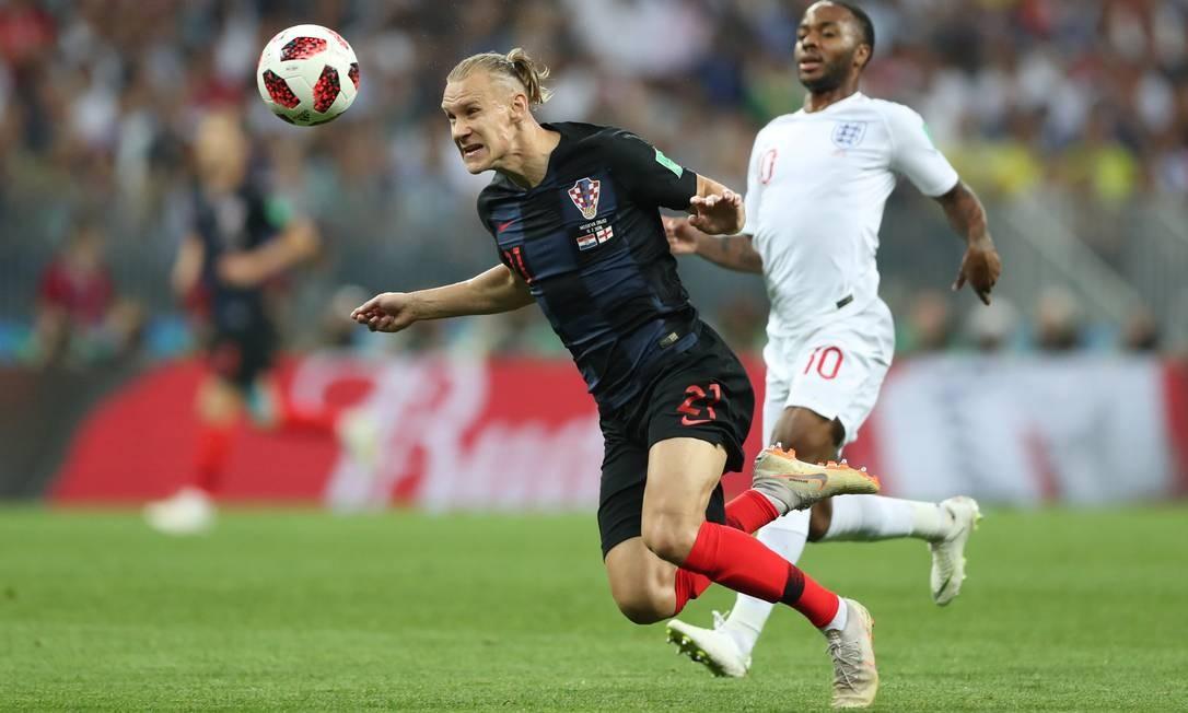 O croata Domagoj Vida em ação com o inglês Raheem Sterling CARL RECINE / REUTERS