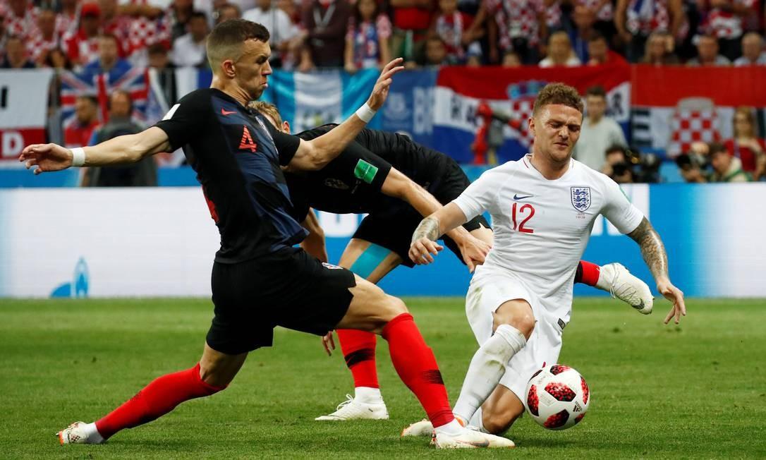 Kieran Trippier recebe falta do croata Ivan Perisic MAXIM SHEMETOV / REUTERS