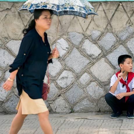 Mulher caminha em Pyongyang: de acordo com ONU, lugares visitados a Sudoeste do país apresentam situação clara de necessidade humanitária Foto: ANDREW HARNIK / AFP