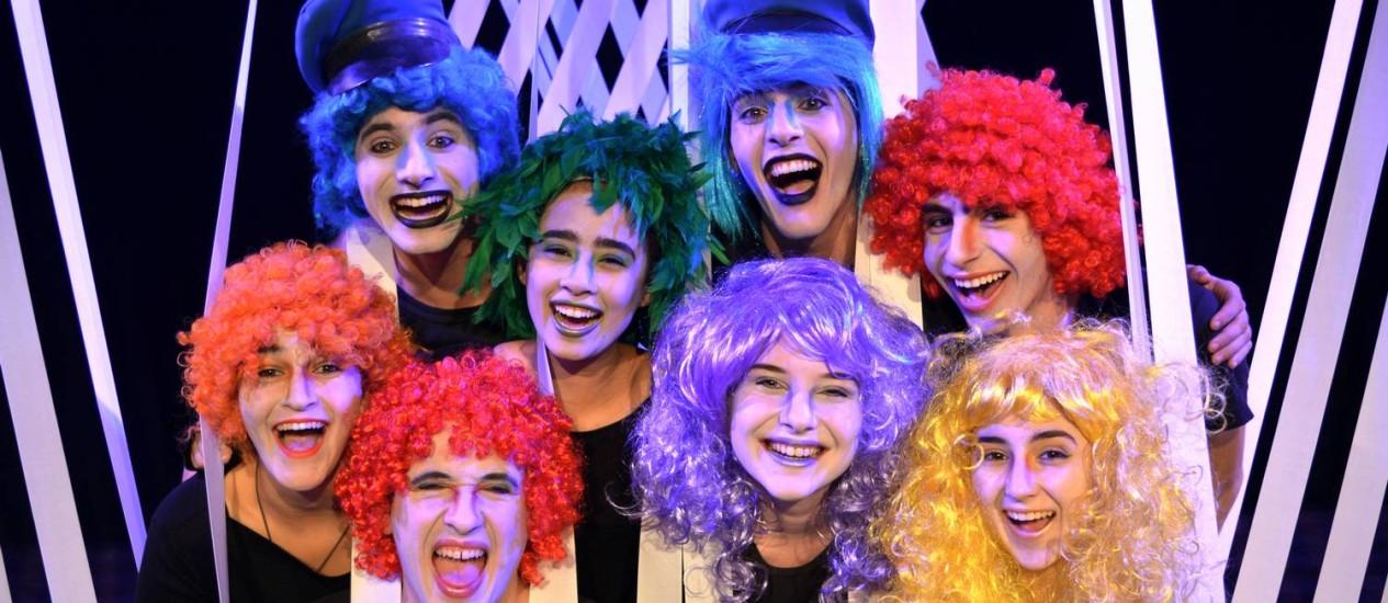 Espetáculo 'Nem tudo está azul no país azul', da Companhia Teatral ND, reúne músicas, acrobacias e danças Foto: José Alessandro/Divulgação