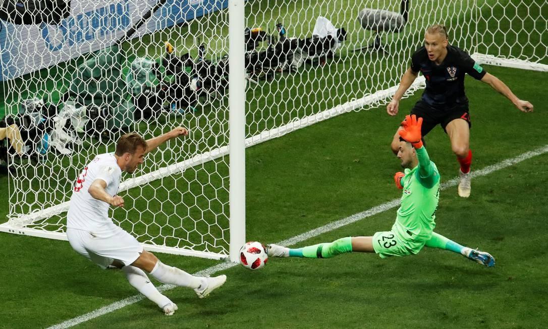 O atacante Kane perde uma ótima chance no jogo CHRISTIAN HARTMANN / REUTERS
