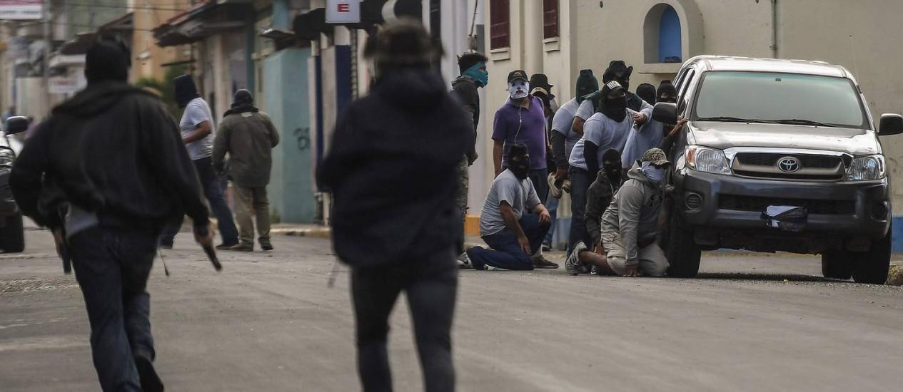 Paramilitares cercam basílica, em Diriamba, na Nicarágua Foto: MARVIN RECINOS / AFP