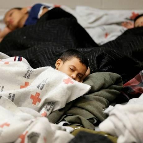 Crianças sepadaras da família dormem em abrigos no Texas Foto: POOL / REUTERS