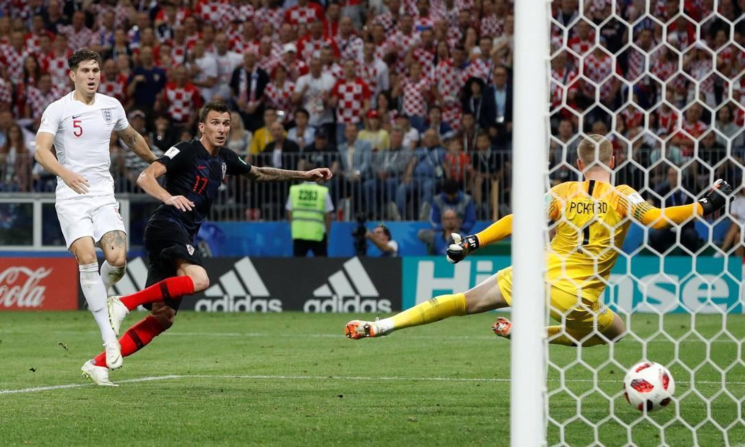 Mandzukic recebe na área e faz o segundo gol da Croácia no jogo DARREN STAPLES / REUTERS